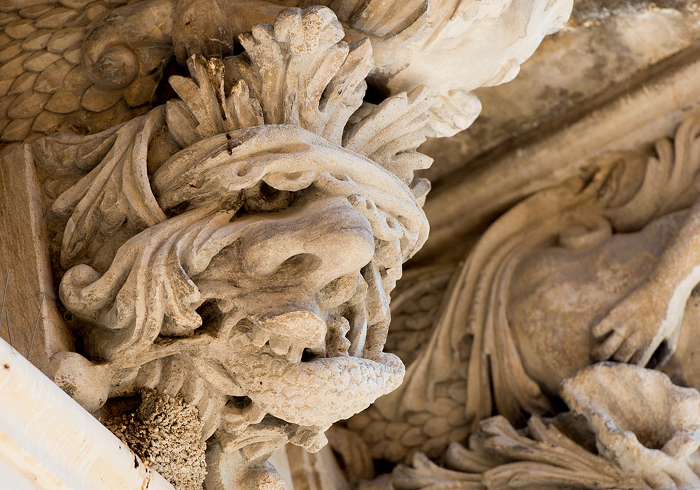 Ragusa Ibla: Grotesque head under the balcony of Palazzo Cosentini